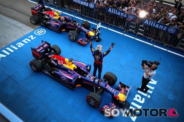 Sebastian Vettel festeja la victoria a su llegada la parc fermé - LaF1