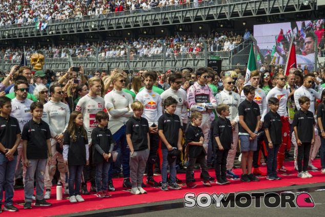 Pilotos F1 junto a niños durante la ceremonia del himno del GP de México 2017 - SoyMotor.com