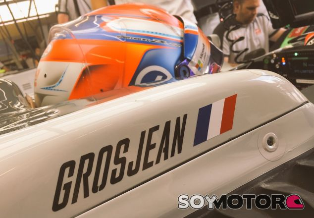 Romain Grosjean en su box de Bakú - LaF1