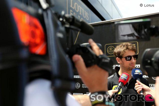Romain Grosjean atendiendo a la prensa en Barcelona - LaF1