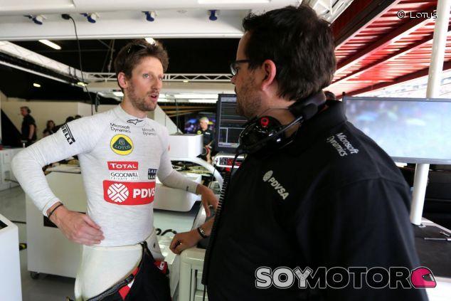 Romain Grosjean hablando con el ingeniero de carrera de Lotus Julien Simon-Chautemps - LaF1