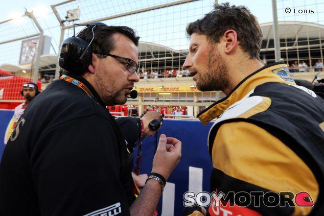 Romain Grosjean hablando con Julien Simon-Chautemps, su ingeniero de carrera, en Baréin - LaF1