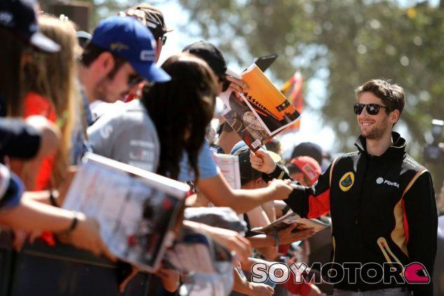 Romain Grosjean atendiendo a los fans - LaF1.es