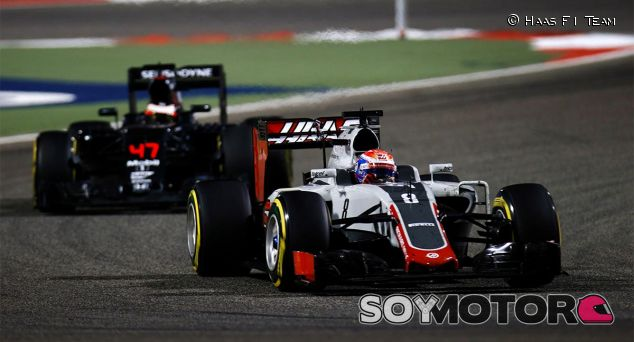 Romain Grosjean en Baréin, perseguido por Stoffel Vandoorne - LaF1