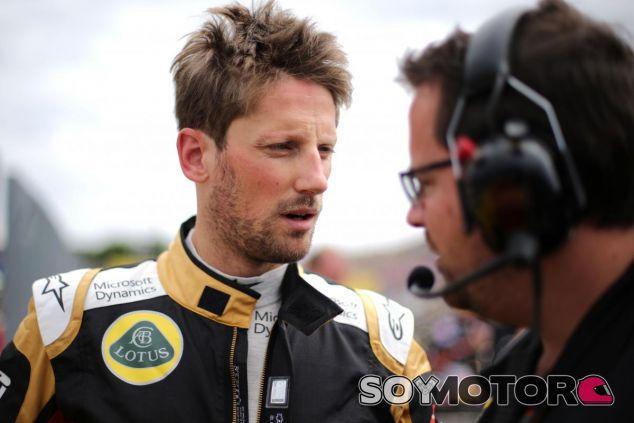 Romain Grosjean hablando con Julien Simon-Chautemps, ingeniero de Lotus, en Hungría - LaF1