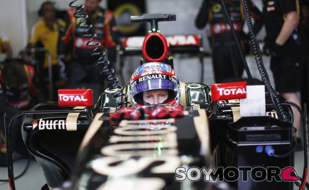 Romain Grosjean subido al E22 en el garaje de Interlagos - LaF1.es