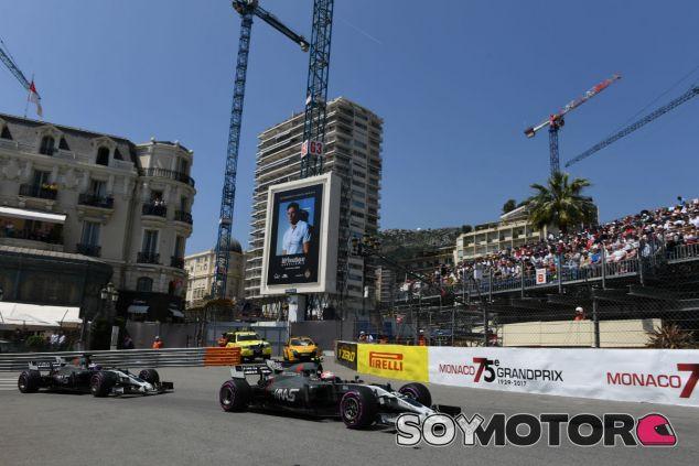 Magnussen y Grosjean durante el Gran Premio de Mónaco 2017 - SoyMotor.com