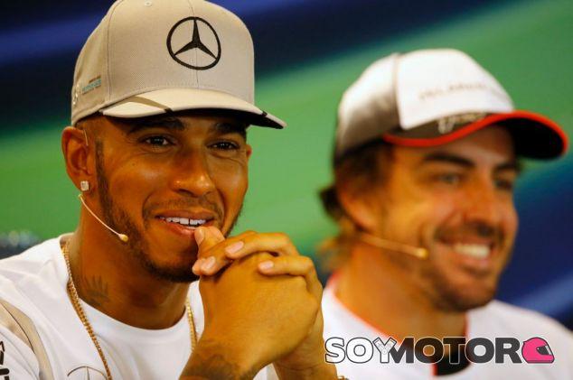 Hamilton y Alonso en la rueda de prensa del GP de Bélgica 2016 - SoyMotor