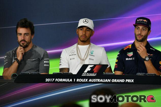 Alonso, Hamilton y Ricciardo durante una rueda de prensa en 2017 - SoyMotor.com