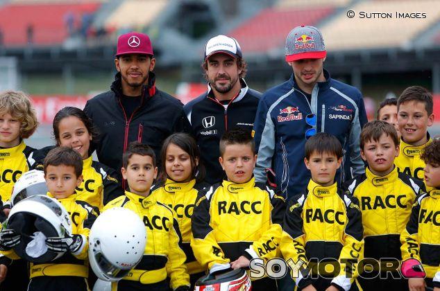 Lewis Hamilton, Fernando Alonso y Carlos Sainz con pilotos de karting cadete del RACC en Barcelona - SoyMotor.com