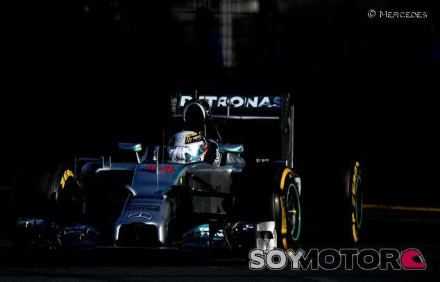 Lewis Hamilton en su W05 durante los libres de Australia - LaF1