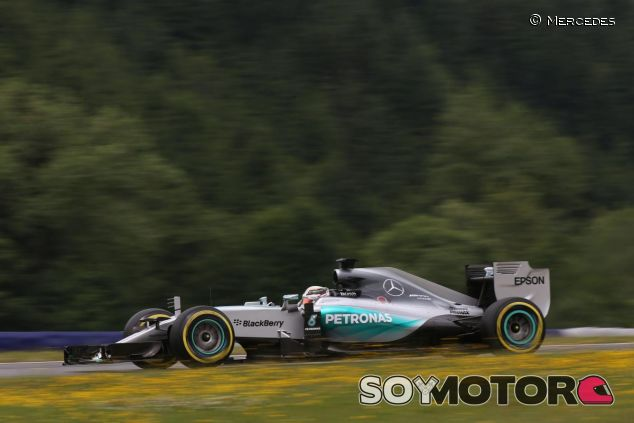 Lewis Hamilton con el Mercedes en Austria - LaF1