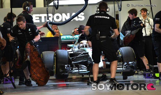 Lewis Hamilton en la noche de Baréin F1 2015 - LaF1