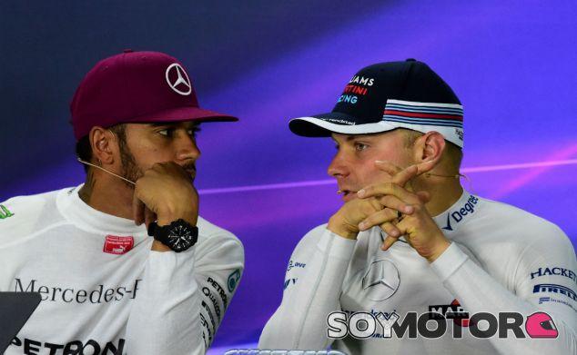 Hamilton y Bottas durante una rueda de prensa en 2016 - SoyMotor