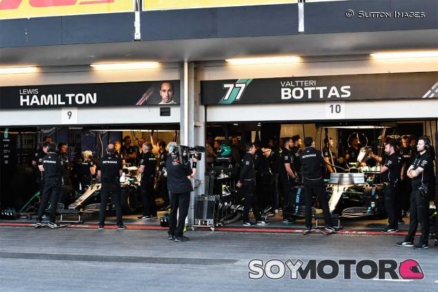 Hamilton y Bottas en el box de Azerbaiyán - SoyMotor