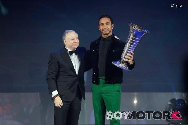 Lewis Hamilton recibe el trofeo de manos de Jean Todt - SoyMotor