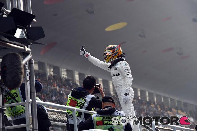 Hamilton celebra su Pole en China - SoyMotor
