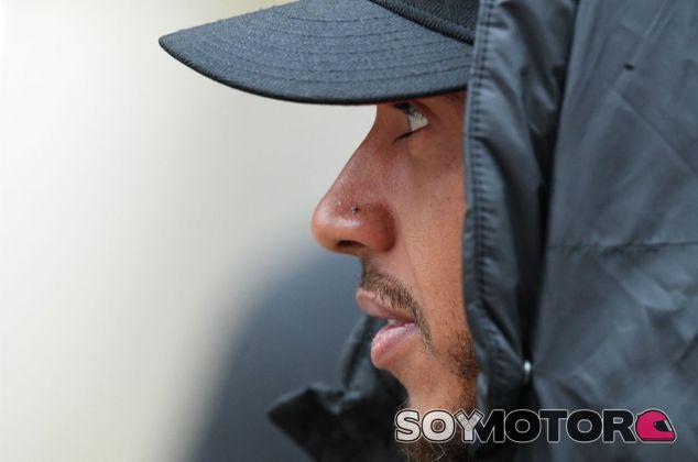 """Hamilton, """"muy contento"""" de no realizar los test de Pirelli en 2016 - SoyMotor"""