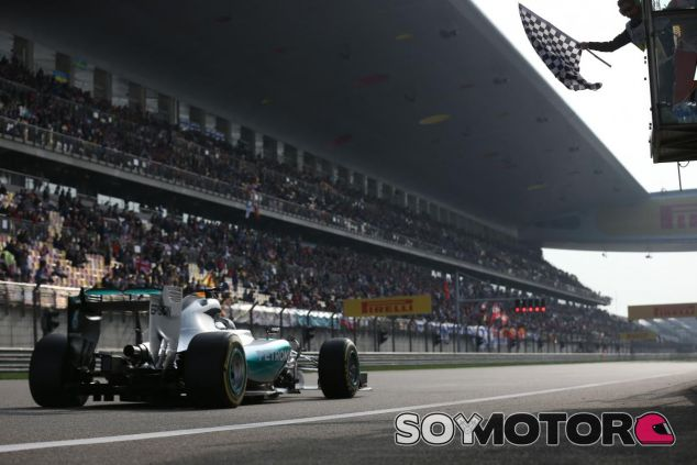 Lewis Hamilton viendo la bandera a cuadros en Shanghái - LaF1