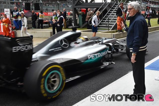 """Retrasan el anuncio de Hamilton """"por puro espectáculo"""", según Ecclestone - SoyMotor.com"""