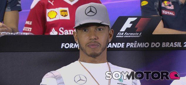 Hamilton, durante la rueda de prensa oficial en Brasil - LaF1