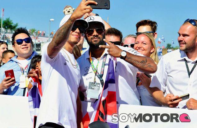 Lewis Hamilton, con sus fans, en Hungaroring - SoyMotor.com