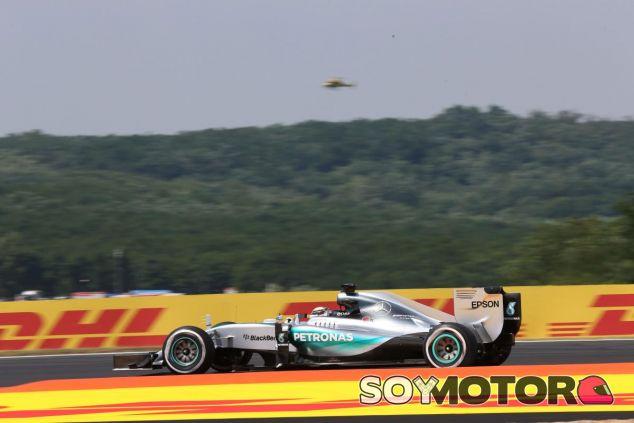 Lewis Hamilton con el Mercedes en el circuito de Hungaroring - LaF1