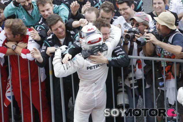 Hamilton celebra el triunfo con sus británico, tiene su tercer título a tiro - LaF1