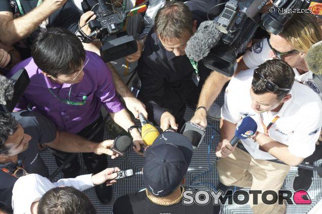 Lewis Hamilton atendiendo a la prensa en Barcelona - LaF1