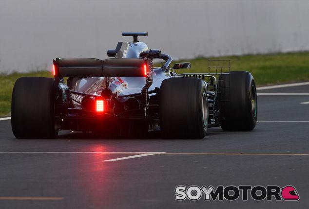 Lewis Hamilton con las luces nuevas que prueba la F1 en Barcelona - SoyMotor.com