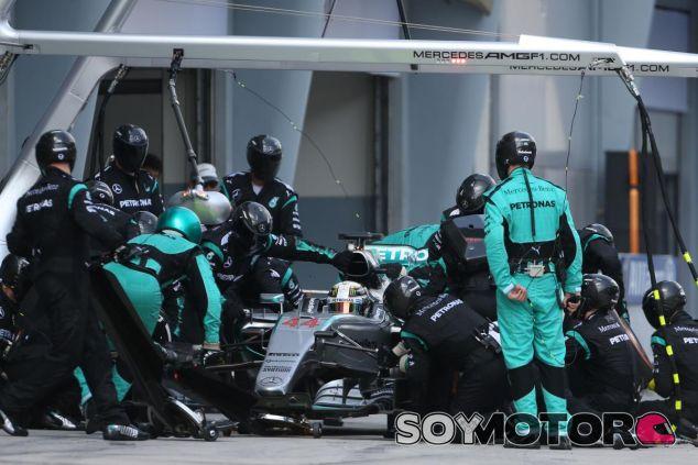 Lewis Hamilton haciendo un pit stop en Sepang - LaF1