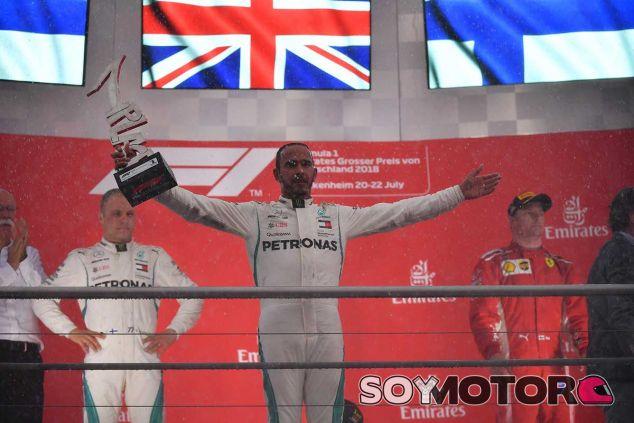 Lewis Hamilton celebra la victoria en el podio de Alemania - SoyMotor