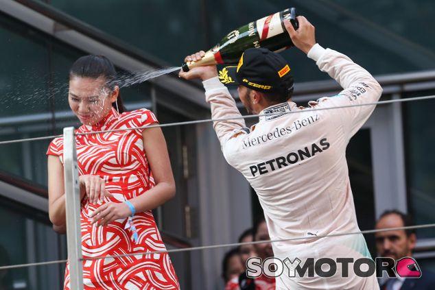 Momento en el que Hamilton roció de champán a la azafata en el podio de Shanghái - LaF1