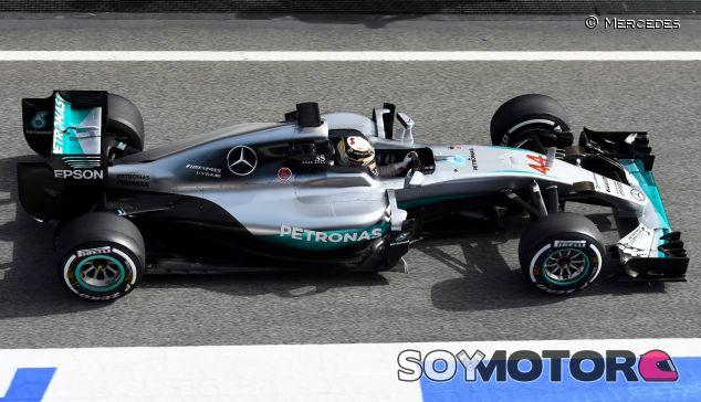 Lewis Hamilton con el W07 - LaF1.es