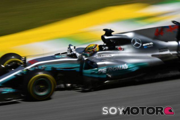 Lewis Hamilton durante el GP de Brasil 2017 - SoyMotor.com