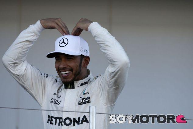 Hamilton celebra su victoria en el podio de Suzuka - SoyMotor.com