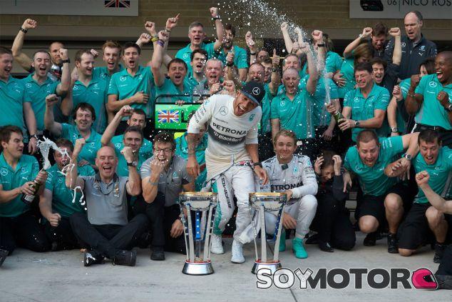 Lewis Hamilton y Nico Rosberg festejan el doblete con su equipo - LaF1