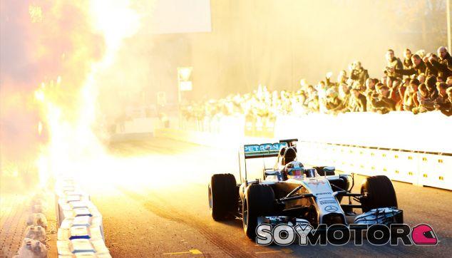 Lewis Hamilton en las celebración organizada por Mercedes - LaF1