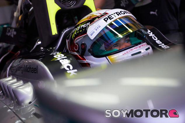 Lewis Hamilton en el interior de su W05 - LaF1
