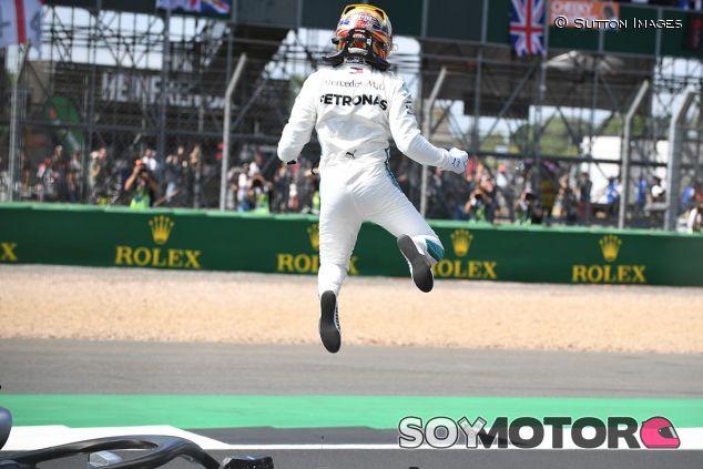 Lewis Hamilton festeja la Pole Position de Gran Bretaña - SoyMotor