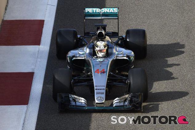 Hamilton en los test de los Pirelli 2017 - SoyMotor