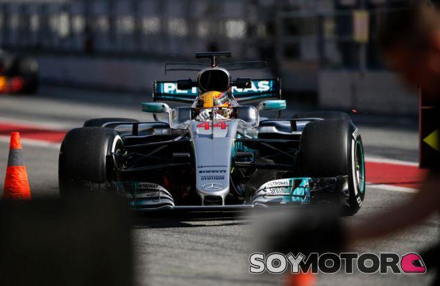 Hamilton en los tests del Circuit de Barcelona-Catalunya - SoyMotor