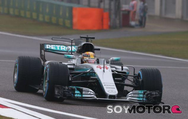 Hamilton en una de sus dos vueltas de hoy en China - SoyMotor