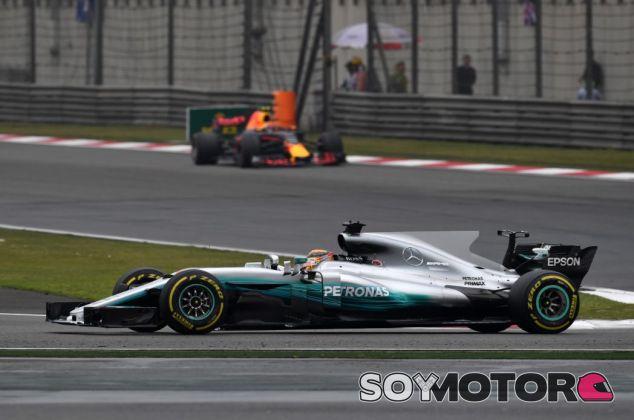 Verstappen llegó a rodar a menos de dos segundos de Hamilton tras salir decimosexto - SoyMotor