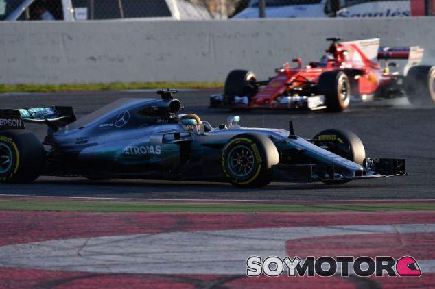 Vettel persigue a Hamilton durante los tests en el Circuit de Barcelona-Catalunya - SoyMotor