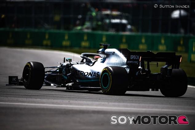 Mercedes revela la causa de la fuga hidráulica del coche de Hamilton - SoyMotor.com
