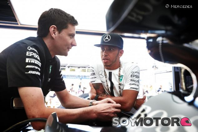 Lewis Hamilton charlando con un ingeniero en Mónaco - LaF1.es