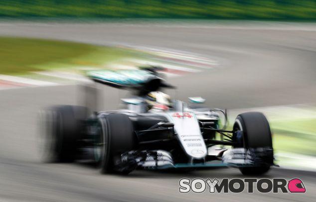 Hamilton, durante una carrera en 2016 - SoyMotor