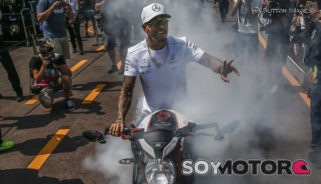 Lewis Hamilton adora las dos ruedas - SoyMotor