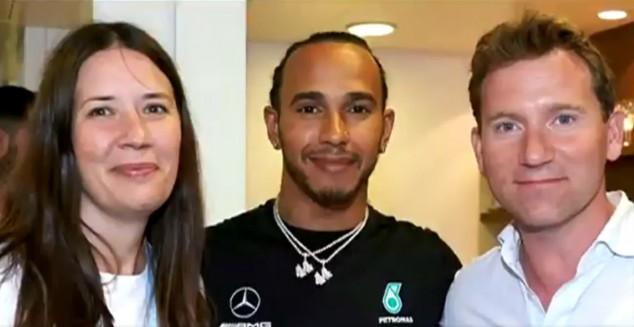Lewis Hamilton con los padres de Harry Shaw - SoyMotor